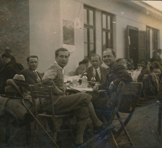 20171128 314 1930-as évek Újhely a Felsőtúristaház teraszán. A kép alsó részén Gyarmathy mérnök, ifj.Schmiedt Géza